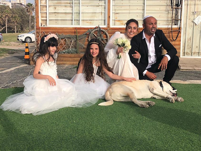 הזוג עם השושבינות הילי ואמה בוחבוט. צילום: שירן בוחבוט