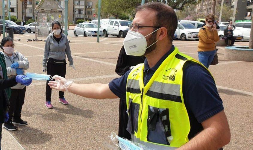 עובדי עיריית אשדוד מחלקים מסכות לתושבים. צילום: דוברות העירייה