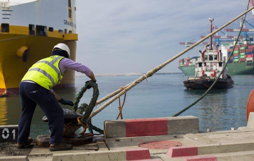 עובד נמל אשדוד קושר אוניה לרציף. צילום: פבל טולצ'ינסקי