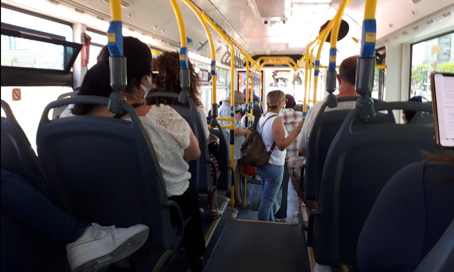 נוסעים על אוטובוס אפיקים באשדוד (למצולמים אין קשר לידיעה). צילום: דור גפני