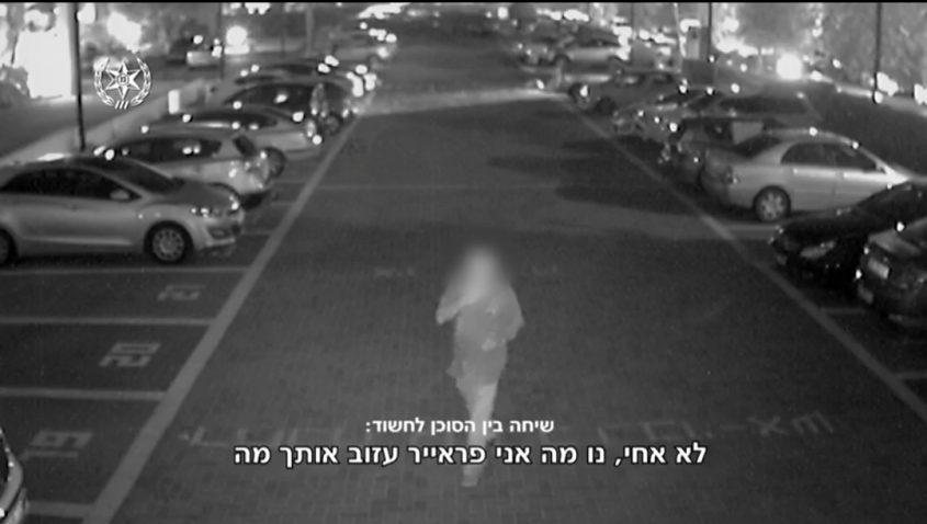 """דורון שוסטר ז""""ל פוסע לכיוון בניין מגוריו כשהרוצח בעקבותיו. קרדיט: דוברות המשטרה"""
