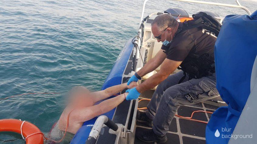 שוטרים מושכים את האיש לסיפון. צילום: דוברות המשטרה