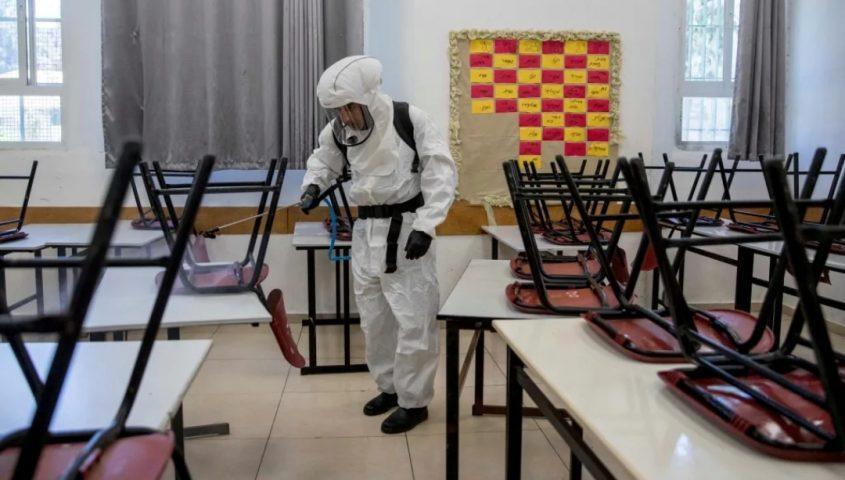 חיטוי בית ספר בירושלים נגד קורונה. צילום: אוהד צויגנברג