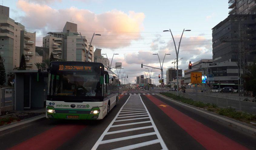 אוטובוס קו 10 של אפיקים עוצר בתחנה בשדרות הרצל, אשדוד. הקו הפנימי היחיד שעובר בציר שהוא ליבת פרויקט התחבורה בעיר. צילום: דור גפני