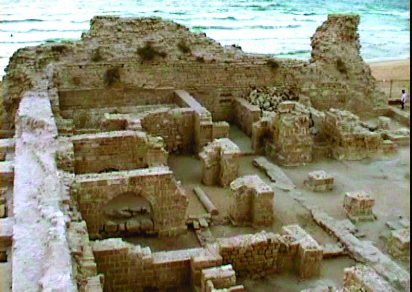 הצד הדרומי של המצודה והקשתות לאחר חפירות. צילום ישראל דיין (1999)