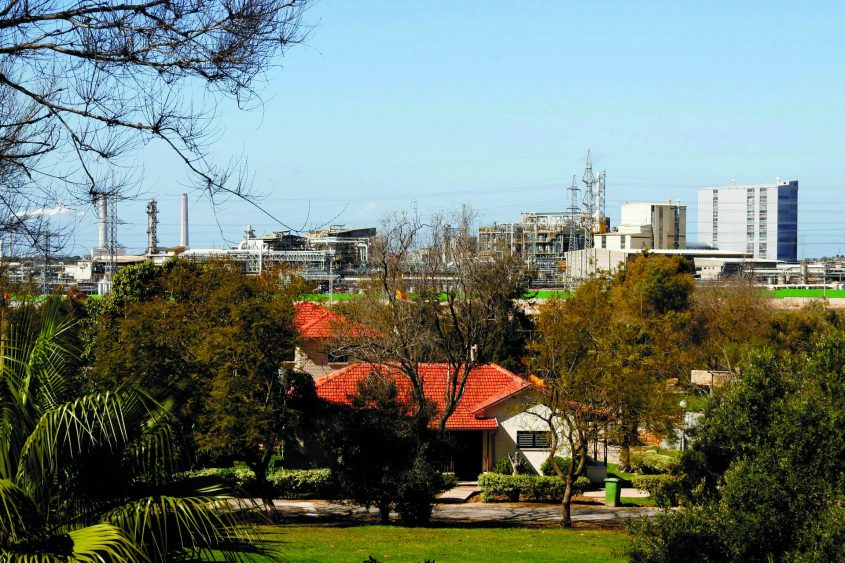 בתי מושב ניר גלים וברקע מפעל אגן כימיקלים (אדמה אגן). צילום: לימור אדרי