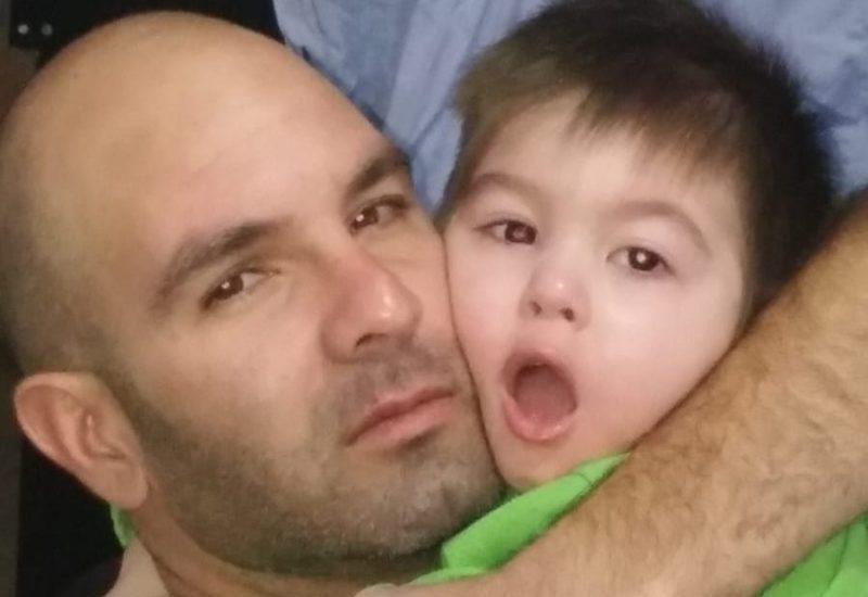 מישל בן מוחא עם בנו. צילום: פרטי