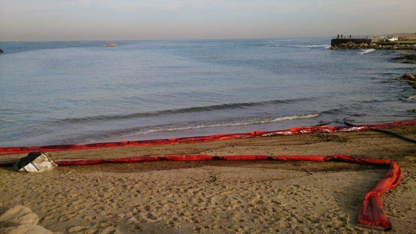 פעולות הניקוי בים ובחוף לאחר הדליפה ב-2017. צילום: רני עמיר, המשרד להגנת הסביבה