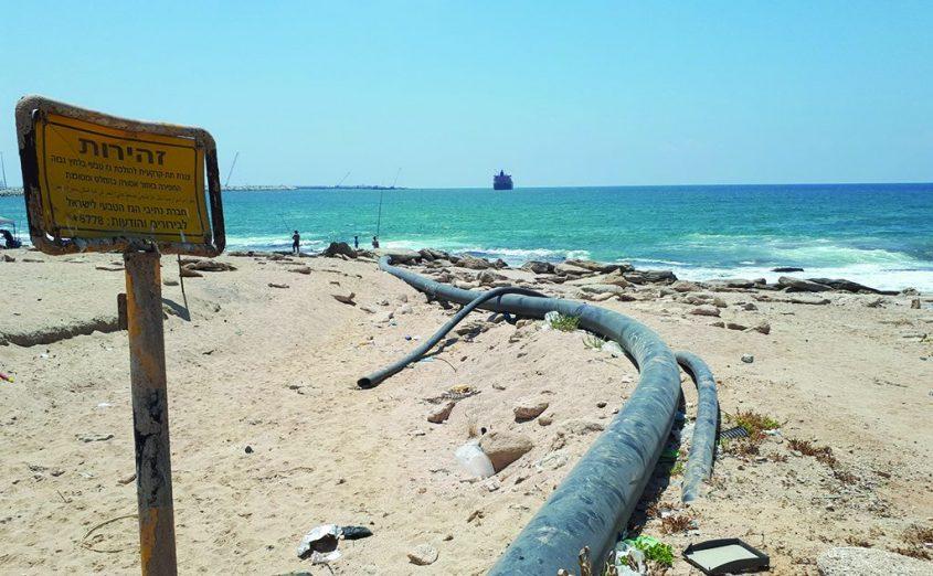 מכלית עוגנת בים ליד המקשר הצפוני, צינורות וקווי תשתית בחוף הצפוני של אשדוד (חוף רוגוזין). צילום: דור גפני