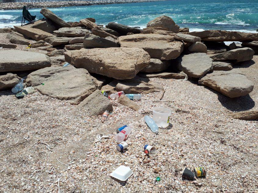 ים כחול, סלעים, צדפים והרבה זבל. צילום: דור גפני