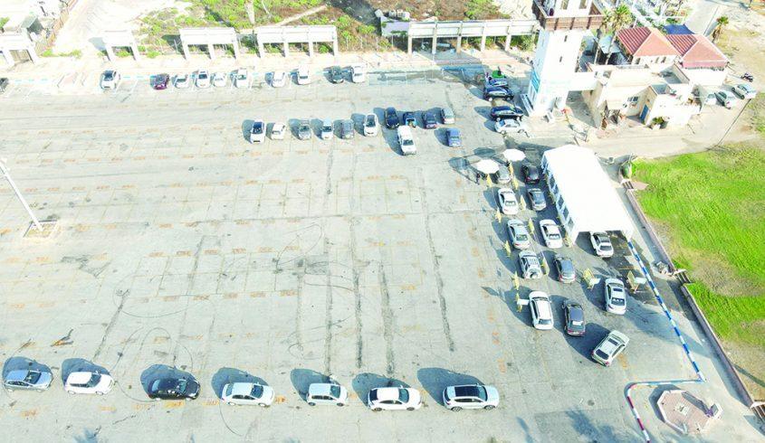 טור ארוך של מכוניות בתור לבדיקת קורונה, חוף לידו. צילום: יורם שובל