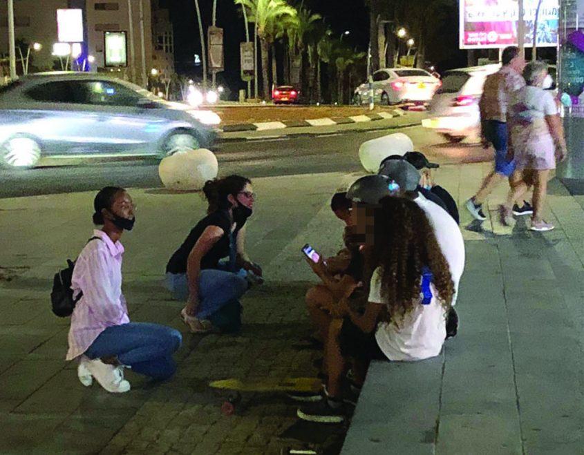 מדריכות סיירת הלילה בשיחה עם בני נוער בגן העיר צילום דני טקה