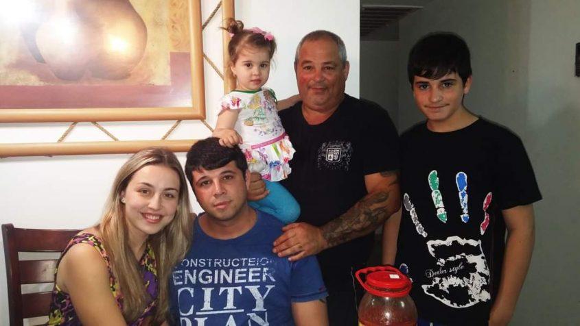 """גיא ז""""ל עם אבין שוריק, האחיינית, האח פבל ואשתו מרינה. התמונה באדיבות המשפחה"""