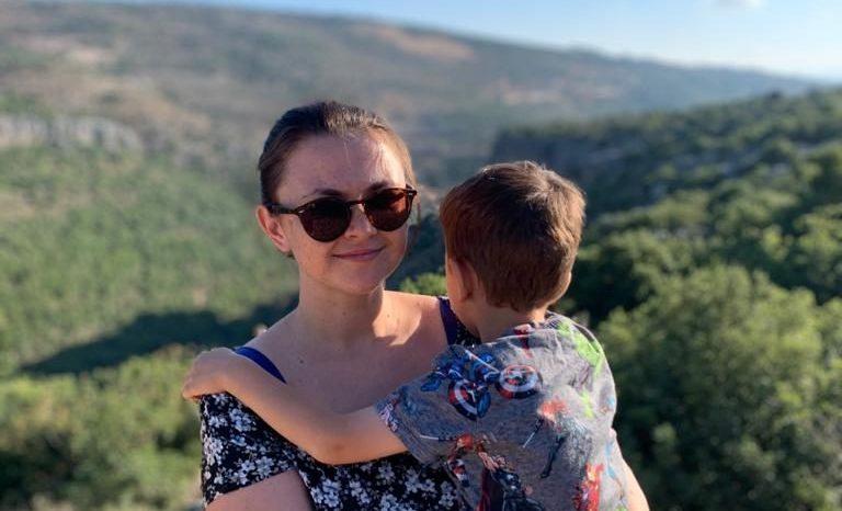 ג'ניה ובנה, אביב. צילום: מיכאל טרנוב