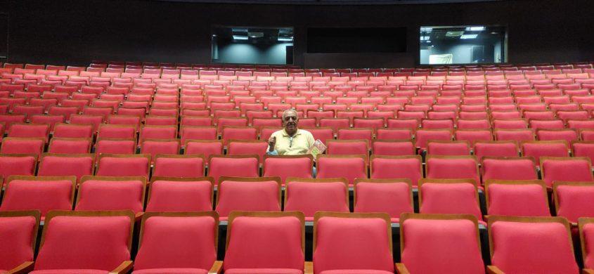 """מנכ""""ל המשכן לאמנויות הבמה באשדוד מוטי מלכא השבוע באולם הריק. צילום: בועז ברנס"""