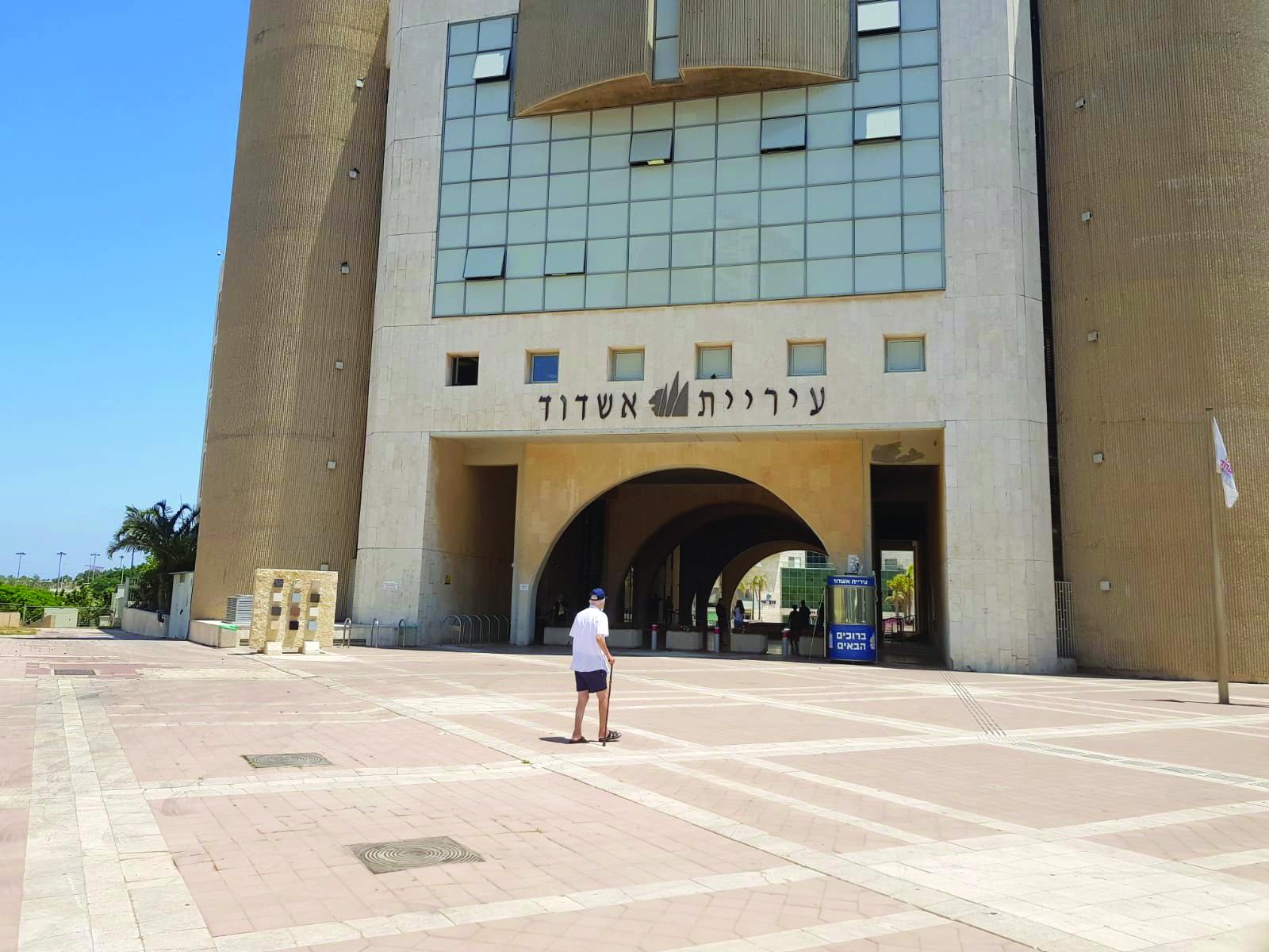 לא יכלו לשתול פה כמה עצים? רחבת העירייה, כיכר העיר אשדוד, לוהטת תחת השמש היוקדת. צילום: אסף ליבוביץ'