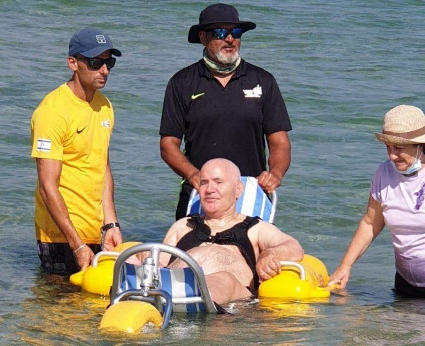 ניסים בן ה-79 חוזר לים אחרי עשור. צילום: אגף החופים, עיריית אשדוד