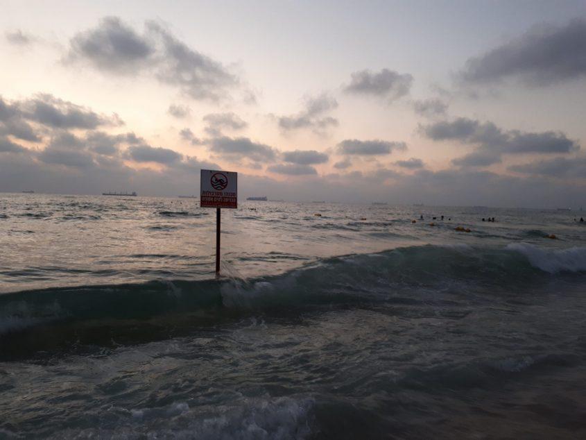 הרחצה מסוכנת. מתרחצים בחוף באר שבע באשדוד אחרי תום עבודת המצילים בקטע חוף מסוכן. צילום: דור גפני