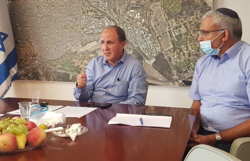 """ראש העיר ד""""ר יחיאל לסרי לצידו של אריה מימון ראש המינהל החינוך צילום: אסף ליבוביץ'"""
