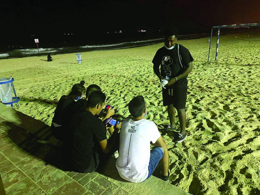 המדריך דני טקה מבצע הסברה לנערים בחוף הקשתות צילום תחום הנוער