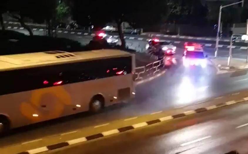 ניידות משטרה דולקות אחר האוטובוס הגנוב באשדוד. צילום: דוד ועקנין