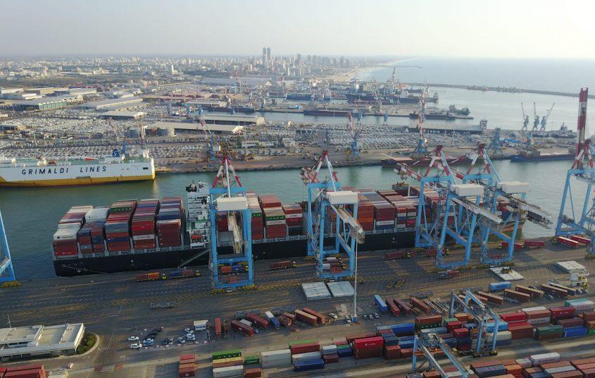 """אוניית מכולות ענקית עוגנת בנמל אשדוד. צילום: יח""""צ נמל אשדוד"""
