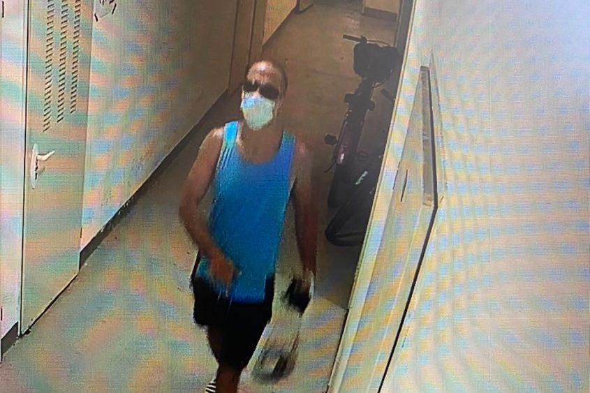 הנאשם כפי שנקלט במצלמות האבטחה עם השקית והרכוש הגנוב
