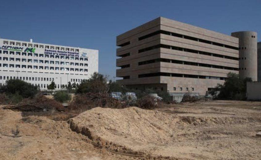 """שלד 'חדר המיון הקדמי' שהחלה להקים עמותת רפואה וישועה ושמעולם לא הושלם, משמאל: ביה""""ח אסותא אשדוד. צילום: אילן אסייג"""