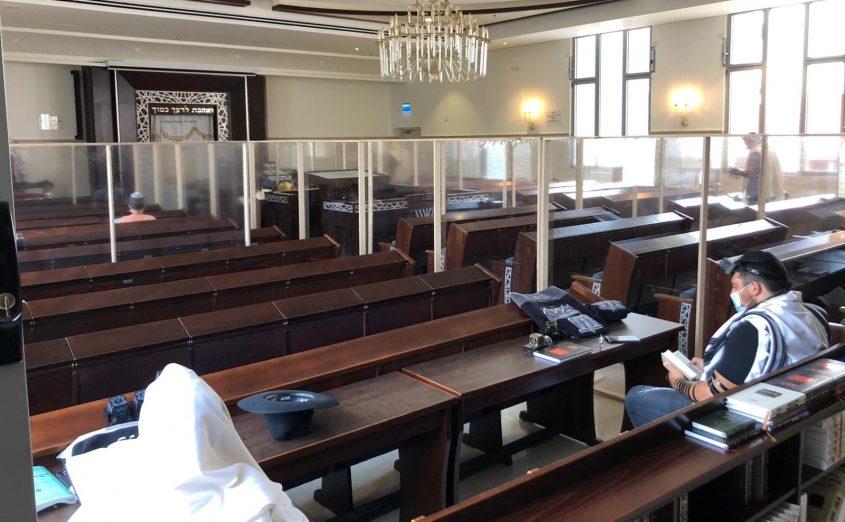 חלוקה לקפסולות בבית הכנסת אור מנחם באשדוד. צילום: פבל