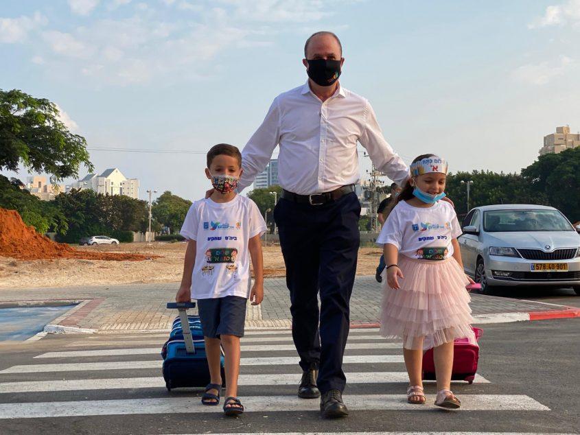"""ד""""ר יחיאל לסרי עם שניים מנכדיו בדרך לבית הספר. צילום: שמואל דוד"""