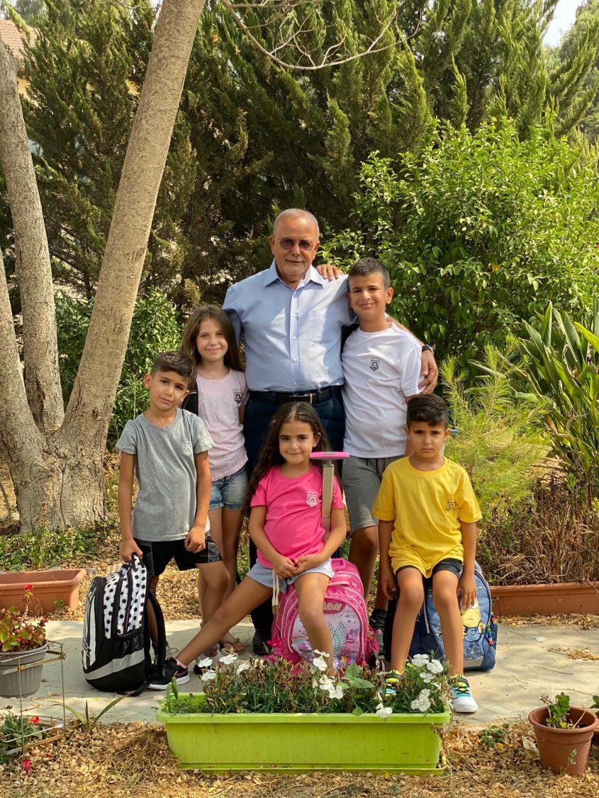 קובי אביבי עם הנכדים. צילום: איילת אברמוביץ'