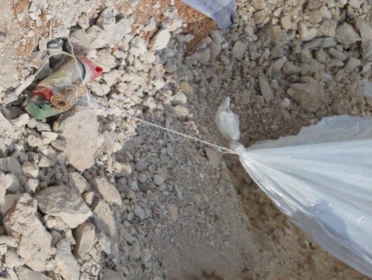 בלון הנפץ שהתגלה בגן יבנה מחובר למטען המאולתר. צילום: דוברות המשטרה