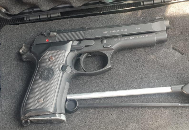 האקדח שנתפס ברשותו של החשוד בשוד. צילום: דוברות המשטרה