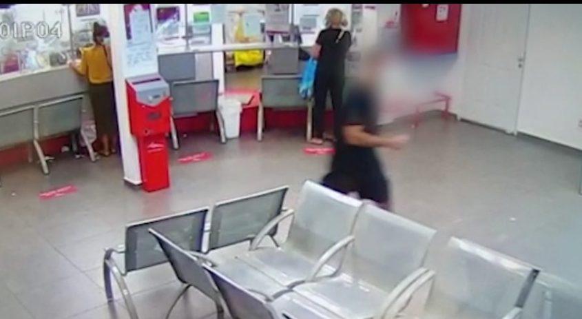 הנאשם המבוהל פותח במנוסה כפי שנקלט במצלמת אבטחה בסניף הדואר