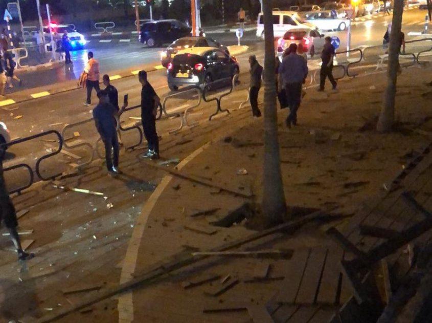 תיעוד מהרשתות החברתיות: שברי לוחות עץ במקום נפילת הרקטה הערב באשדוד