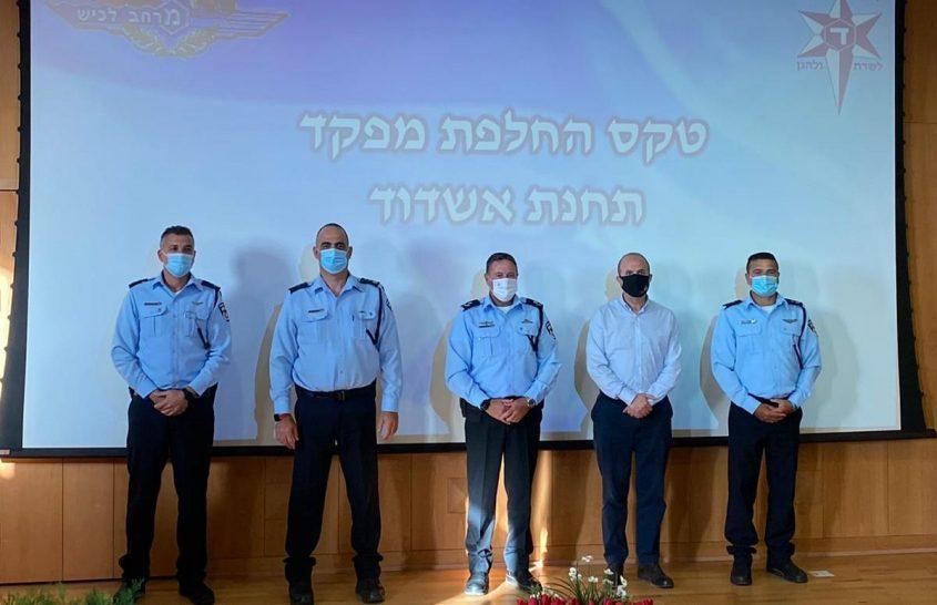 חילופי מפקדים בתחנת אשדוד, מימין לשמאל: פורטל, לסרי, סופר, אבניאלי ושושן. צילום: דוברות המשטרה