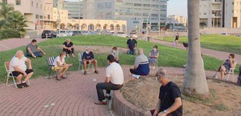 אסיפה של דיירים המתנגדים לנגיסה בכפארק הצמוד לבתיהם. צילום: שמואל ביטרמן