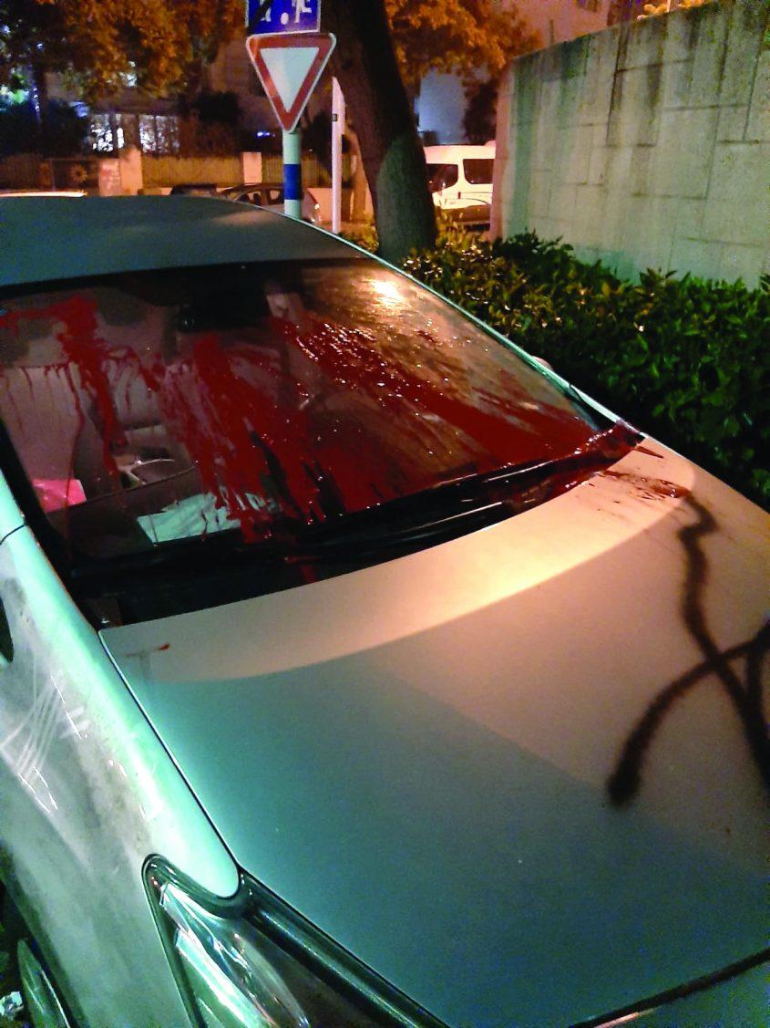 רכב של אחד מחברי הפלג שהושחת באישון לילה באדיבות המצלמים