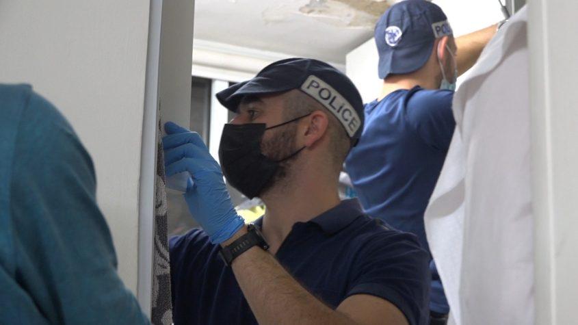 שוטרי תחנת אשדוד אוספים ראיות נגד התוקפים. צילום: דוברות המשטרה