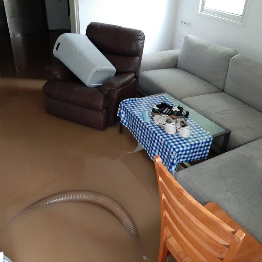 בית משפחת אשר מכוסה במים ובוץ. צילום: דניאל אשר