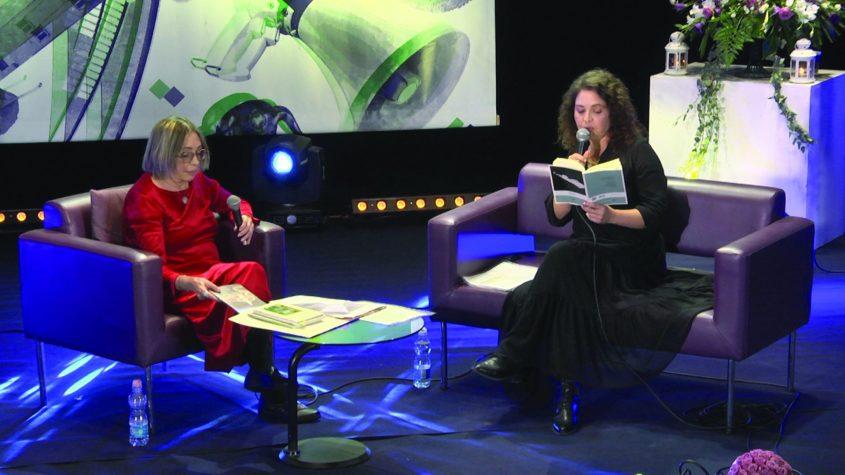 הכותבת סמדר שרת בתפקיד מנחת הערב יחד עם מאיה הובני צילום מייק אדרי