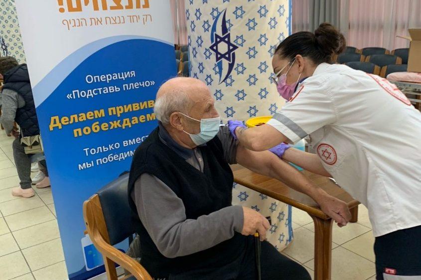 פיליפ בלנובסקי מקבל חיסון. צילום: עמיגור