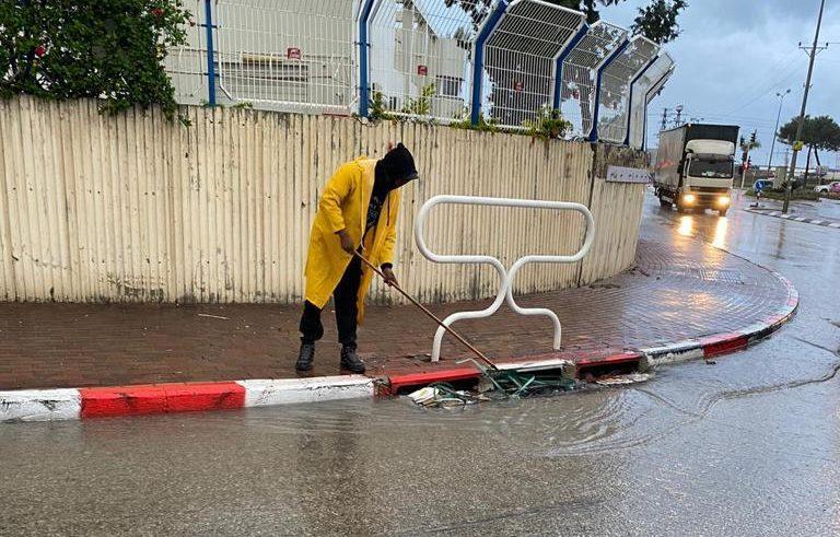 עובד משחרר פתח ניקוז כדי לאפשר למים לזרום בחופשיות. צילום: עיריית אשדוד