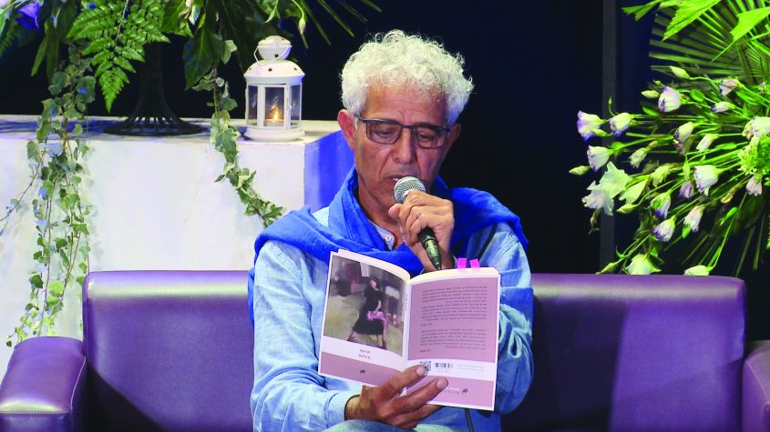 דני נגר מקריא משיריו צילום מייק אדרי