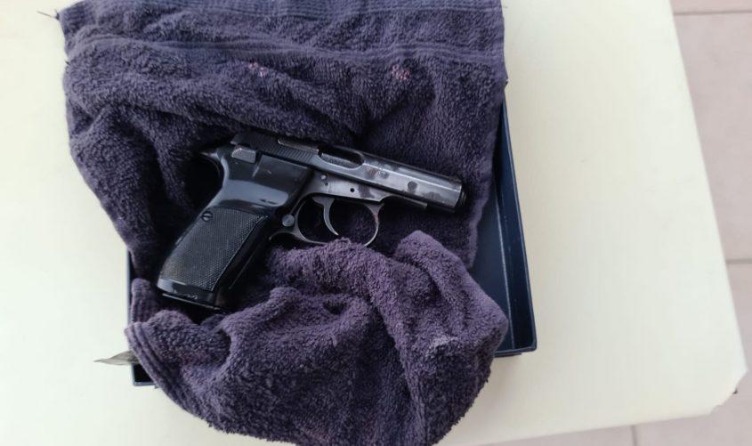 אקדח שנתפס בפשיטה