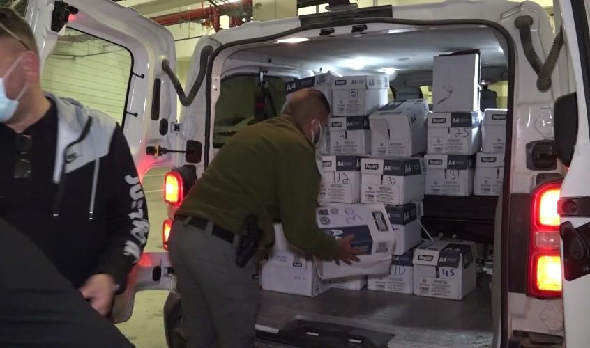 השוטרים מעמיסים את הארגזים ובהם הקוקאין. צילום: דוברות המשטרה