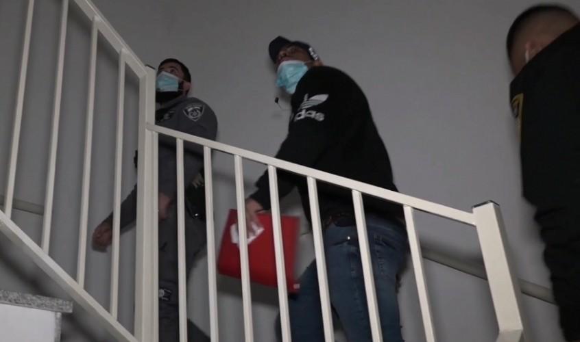 השוטרים פושטים על הבתים
