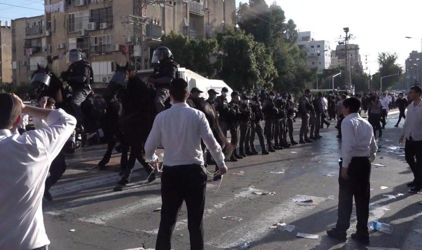 הפרשים מנסים לפזר את המחאה. צילום: דוברות המשטרה