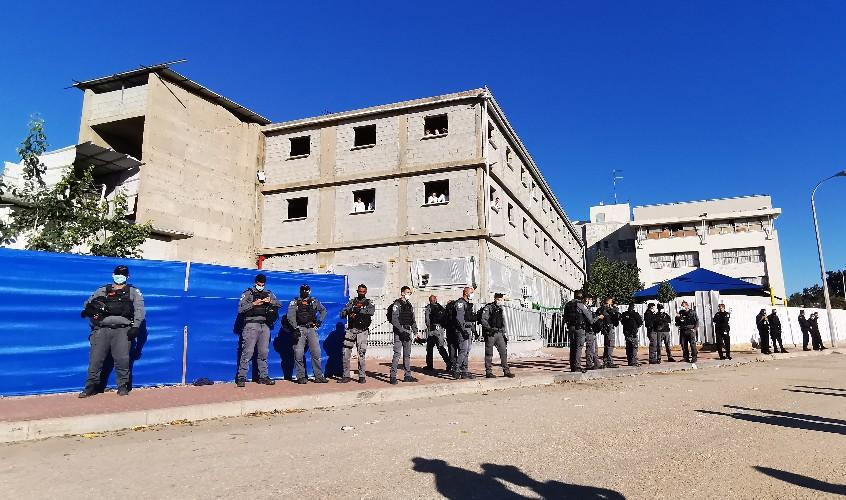 כוחות המשטרה מול הישיבה