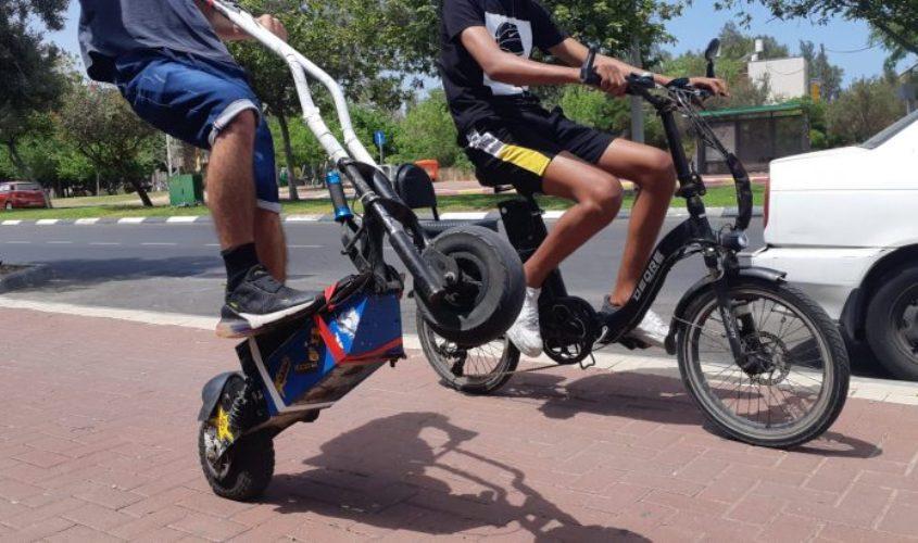 רוכבי קורקינט ואופניים חשמליים. צילום: אלירם משה